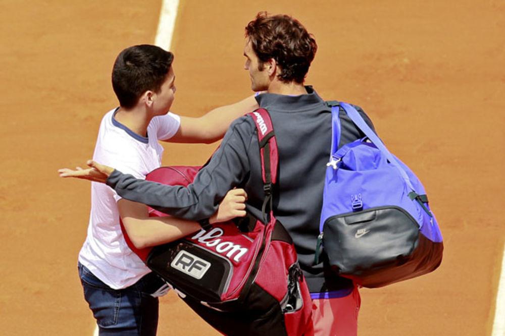 (VIDEO) RODŽER KUKAVICA: Federer se uplašio navijača koji je hteo samo selfi