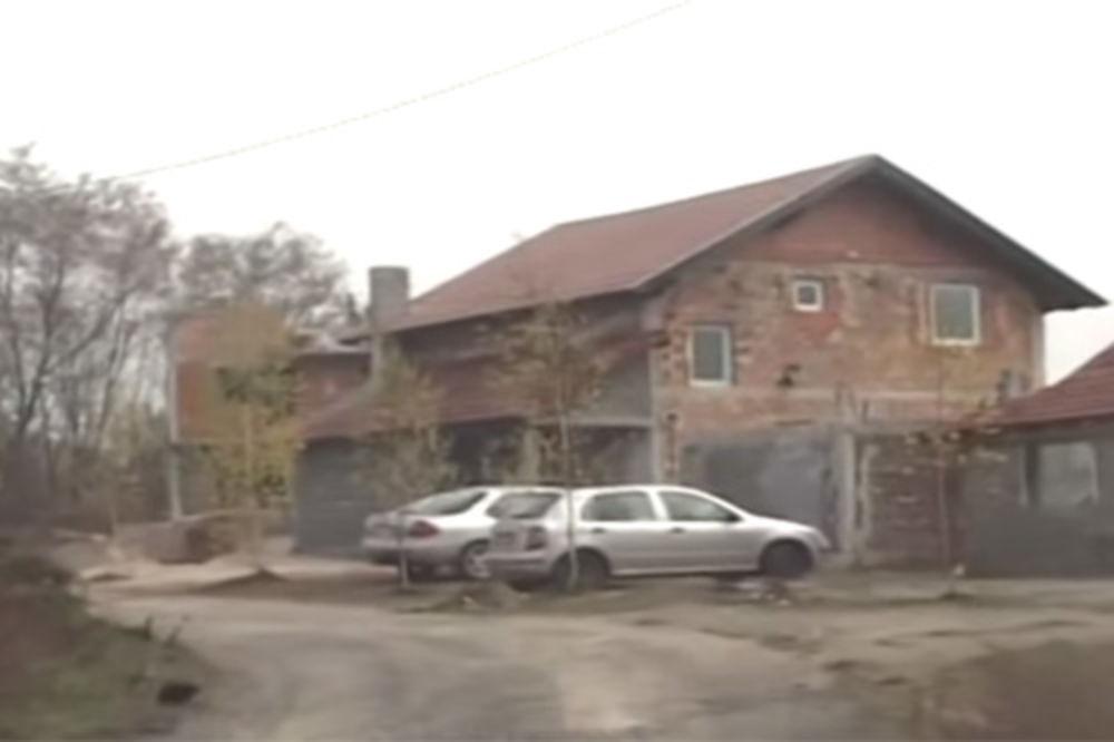 KUPUJU ZEMLJU NA 260 KM OD BEOGRADA: Islamisti sad razvili i barjak na kući u selu kod Maglaja!