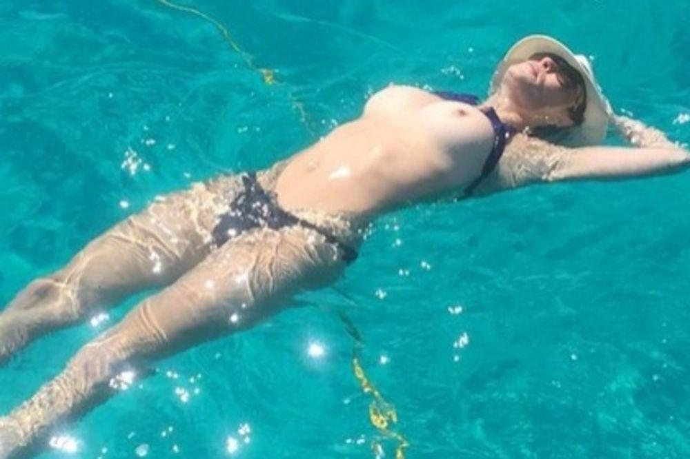 (FOTO +18) POKAZALA BRADAVICE: Voditeljka se sunča golih grudi u bazenu