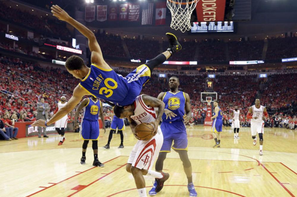 (VIDEO) DA SE NAJEŽIŠ: Pogledajte jeziv pad na glavu najboljeg igrača NBA lige!