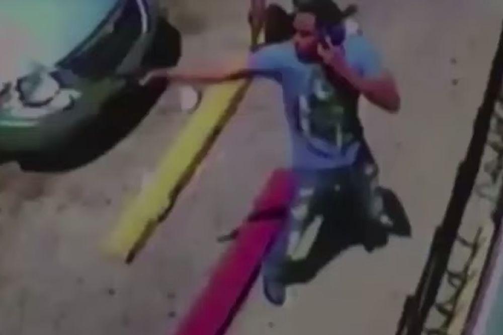 (VIDEO) KAO IZ FILMA: Izbegao je kišu metaka ne prekidajući razgovor mobilnim telefonom