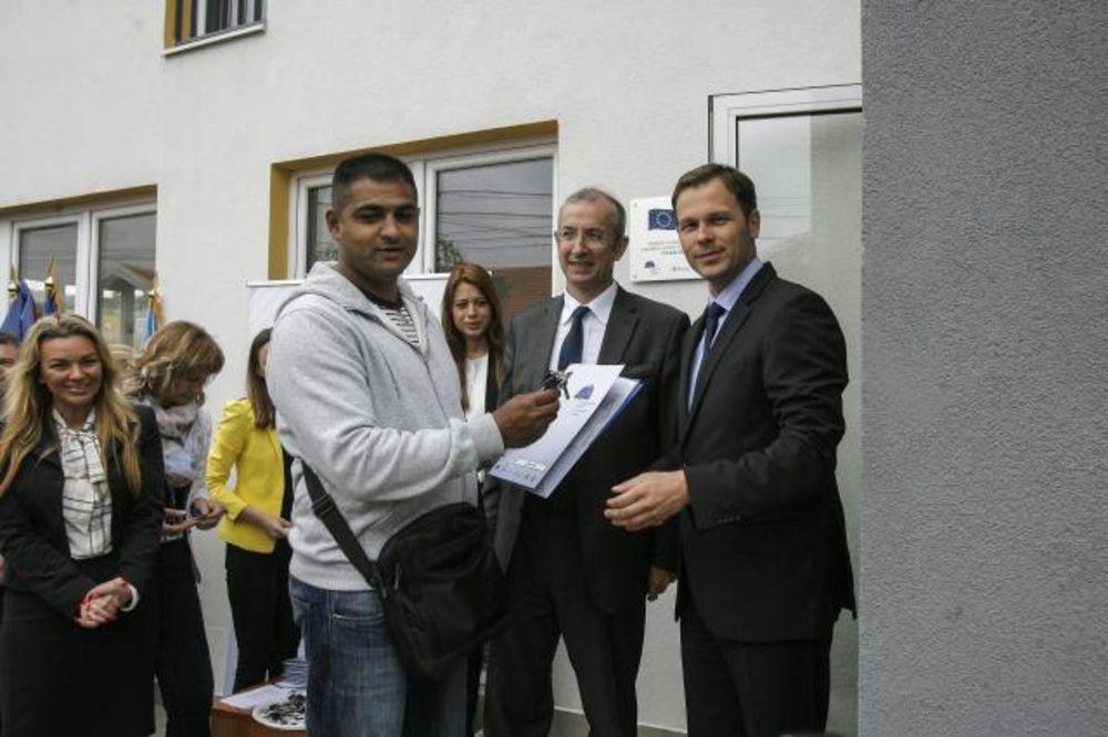 ORLOVSKO NASELJE: Mali i Devenport uručili romskim porodicama ključeve 12 stanova