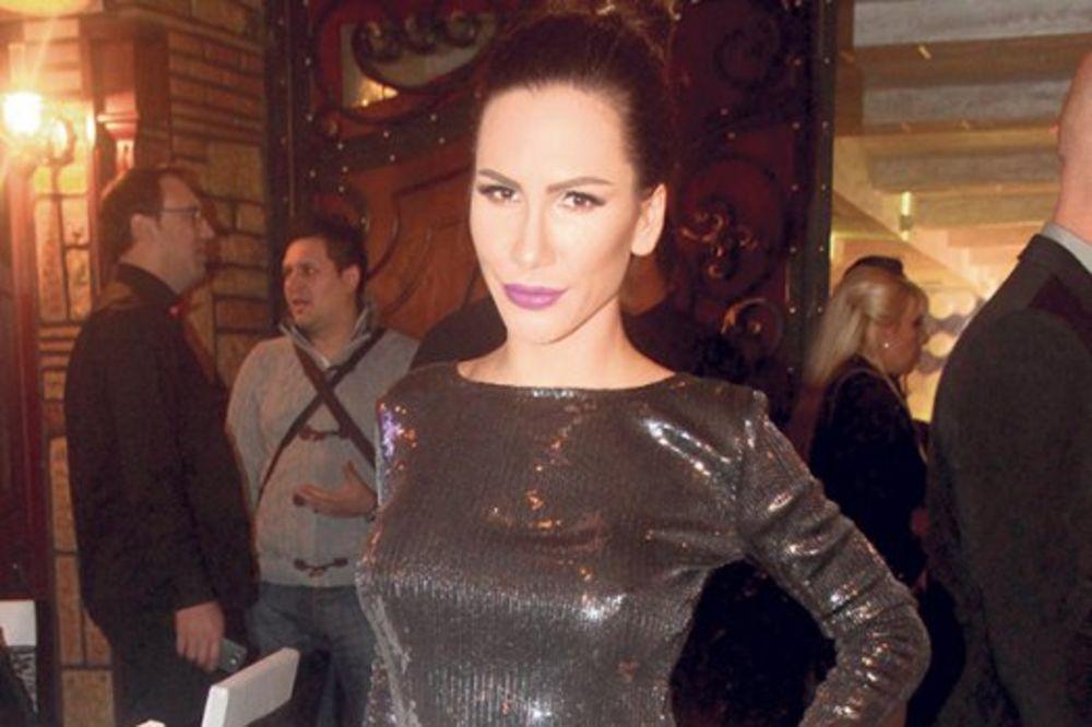 (FOTO) NIKOLIJA KONAČNO POKAZALA STOMAK: Evo kako izgleda u uskoj garderobi!