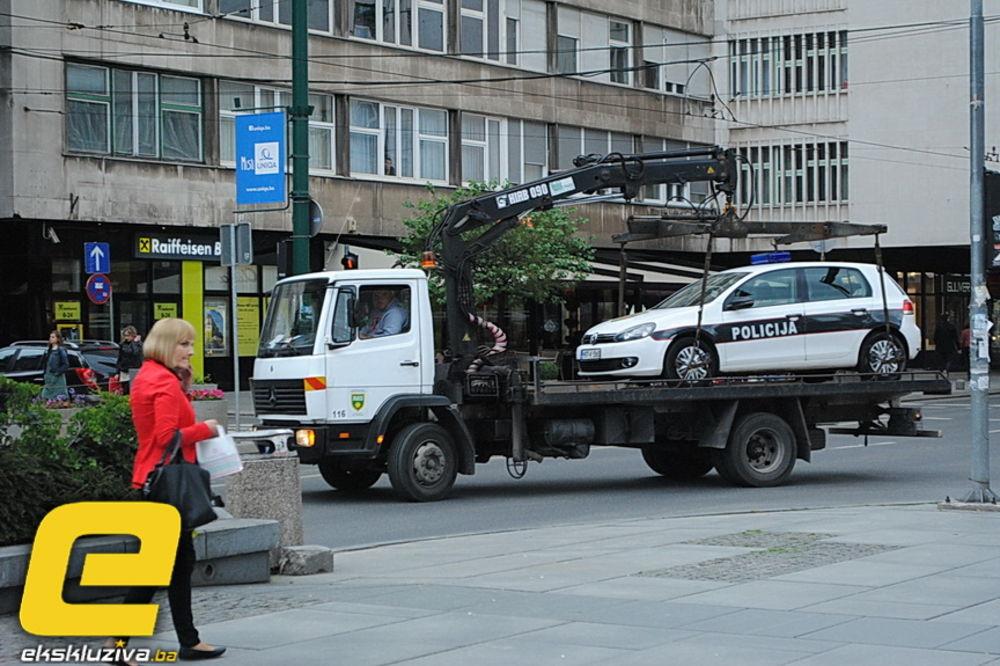 TU SI NAŠAO DA SE PARKIRAŠ: Pauk odneo policijski automobil!