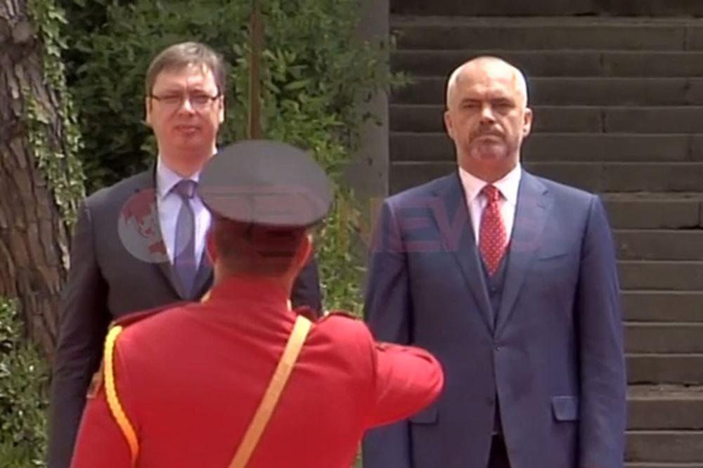 (VIDEO) SPRSKA HIMNA U TIRANI: Pogledajte kako je Vučić pevao Bože pravde usred Albanije!
