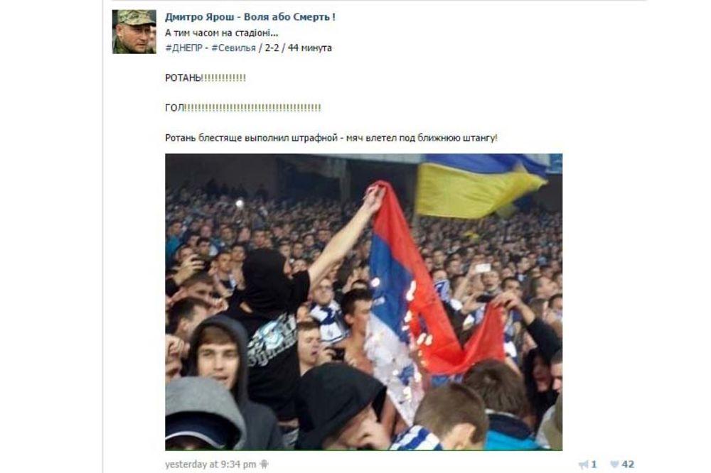 (FOTO) INCIDENT U VARŠAVI: Ukrajinski navijači zapalili rusku zastavu