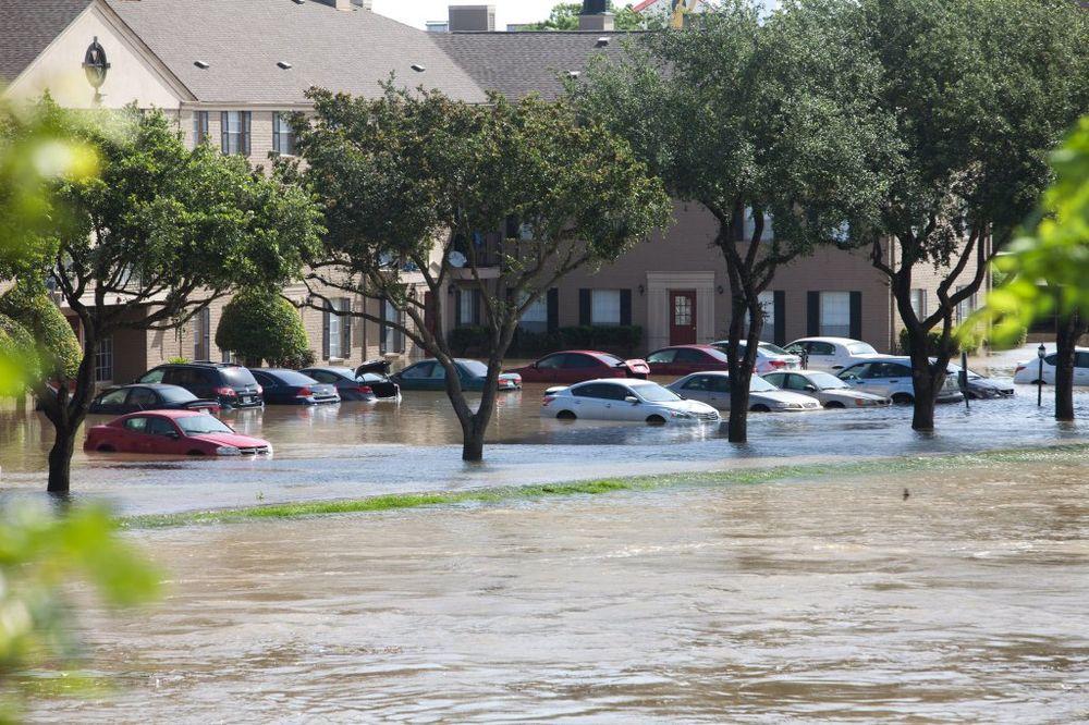 (VIDEO) POPLAVE U HJUSTONU VAN KONTROLE: 21 poginuo, 11 nestalo u nevremenu u Teksasu