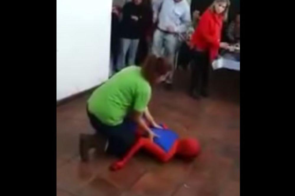 (VIDEO) SPAJDERMEN PROTIV PLOČICA: Kako se razbio super heroj dok su se deca slatko smejala!