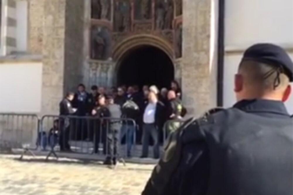 (VIDEO) UŽIVO PROTEST VETERANA U ZAGREBU: Životi su nam ugroženi, ne izlazimo iz crkve!