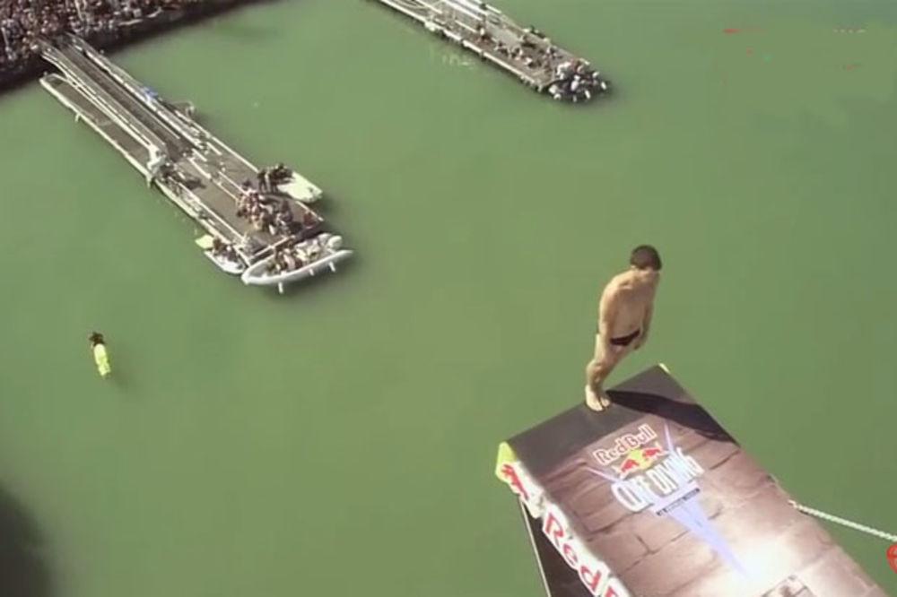 (VIDEO) JEZIVO: Udario glavom u platformu pri skoku sa 27,5 metara
