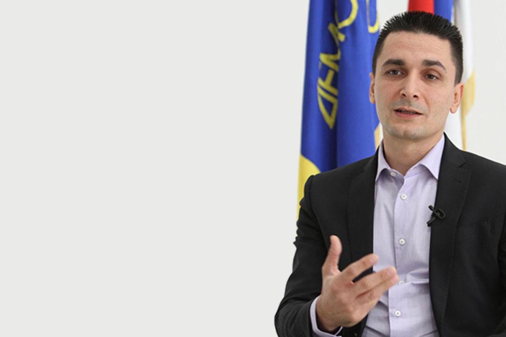 HIT: Predsednik opštine Vračar đacima s kante držao govor!