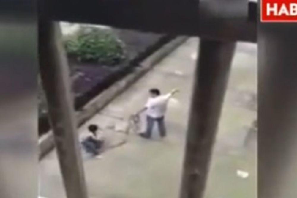 (UZNEMIRUJUĆI VIDEO) Otac brutalno zlostavljao sina (10): Tukao ga i vukao kao psa!