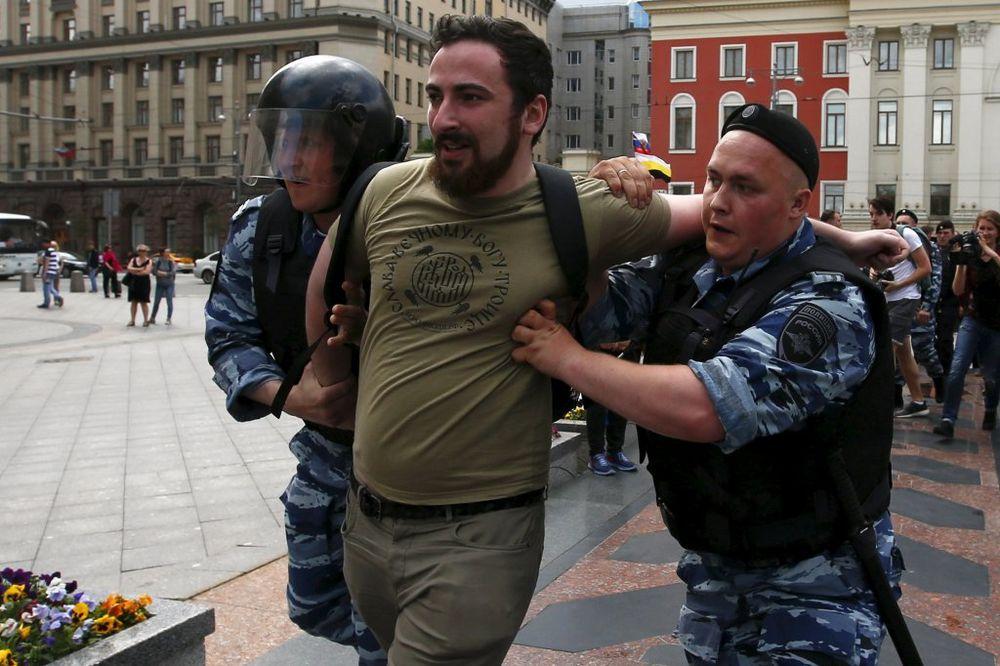 (VIDEO) BRUTALAN OBRAČUN NA ULICAMA MOSKVE: Policija silom sprečila održavanje gej parade!
