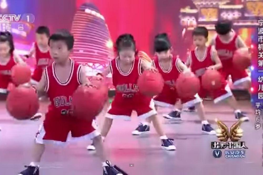 (VIDEO) OVO ĆE VAM SIGURNO ULEPŠATI DAN: Šta ovi mališani iz vrtića rade s loptom ostavlja bez daha!