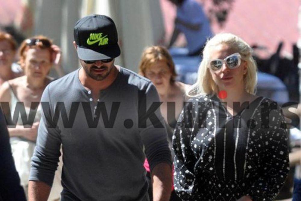 (FOTO) PLANINSKI VAZDUH ČINI ČUDA: Ledi Gaga jutros u devet šetala Zlatiborom sa verenikom!