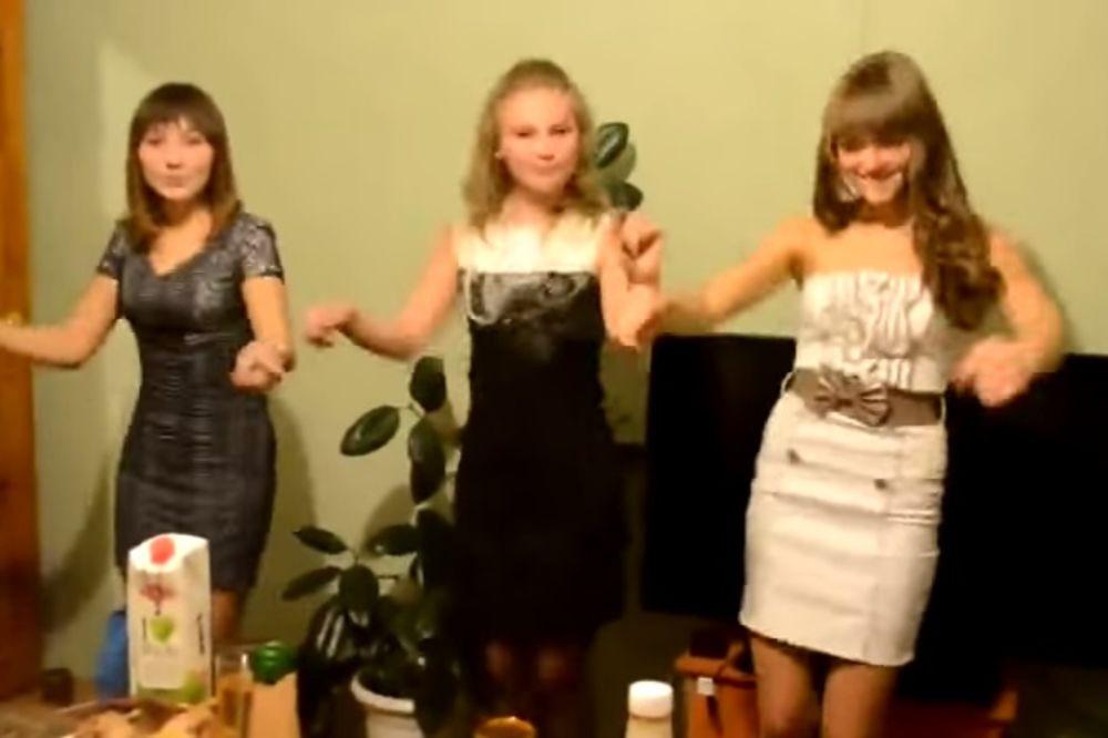 (VIDEO) Tinejdžerke su prvo đuskale, a zatim skinule gaćice! Pogledajte zašto