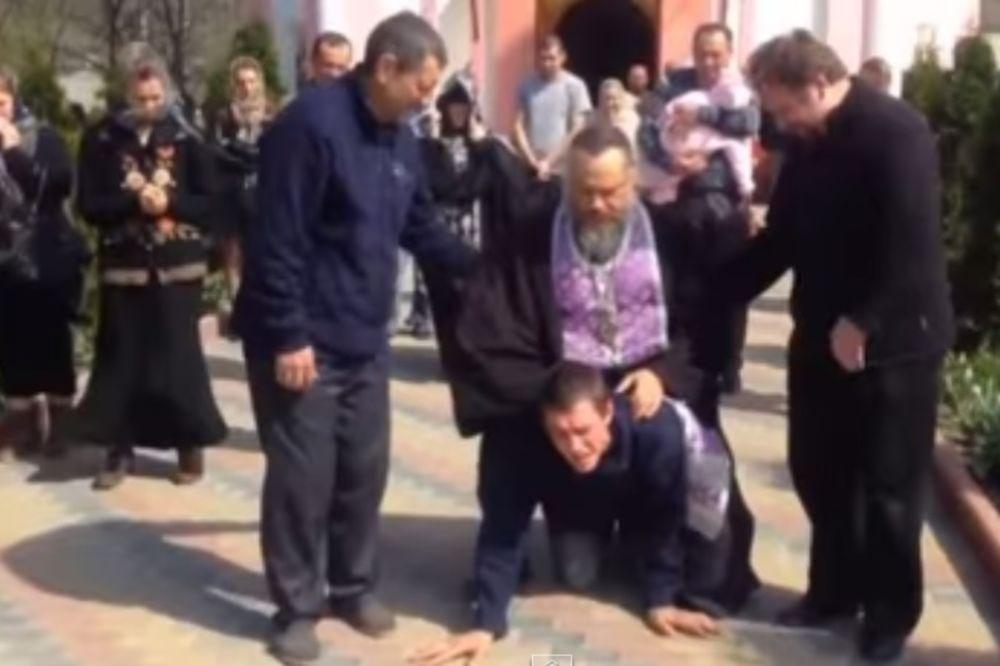 (VIDEO) ĐAVOLJI POP: Jahao i gazio vernika ispred crkve da mu istera demone