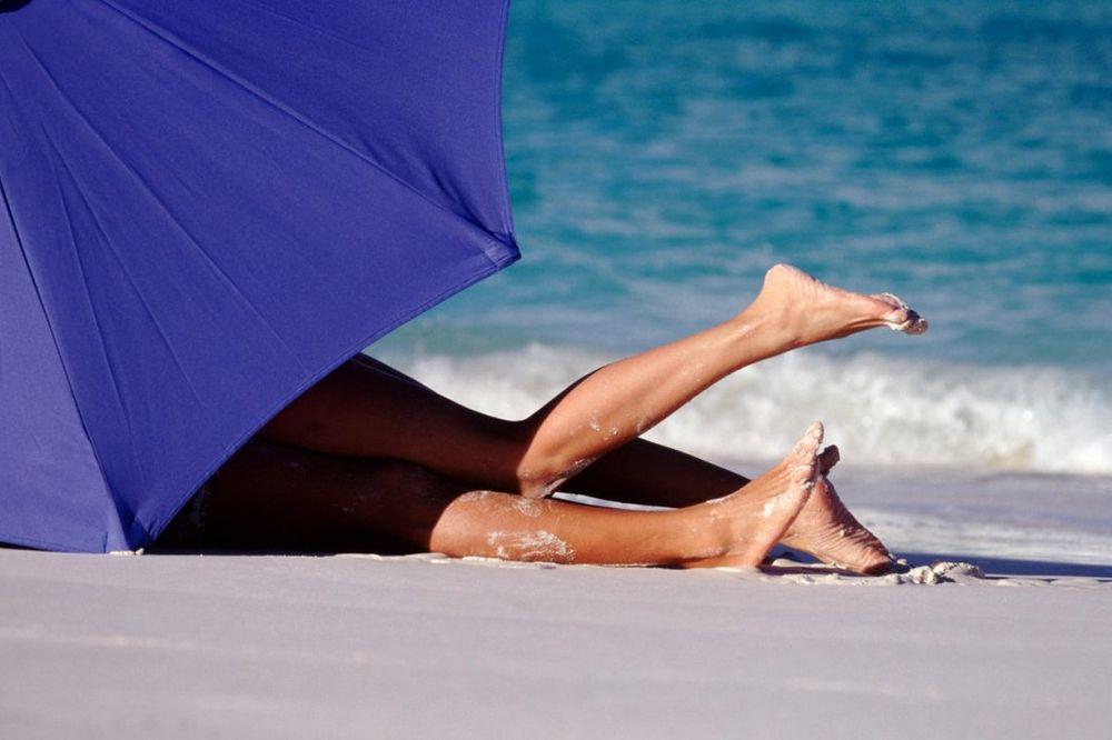 GLASNO STENJANJE OTERALO PORODICE: Snimali erotske scene na plaži punoj dece