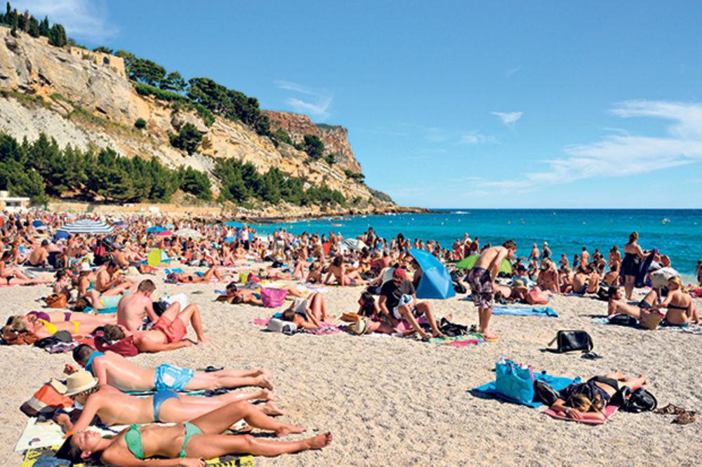AKO KREĆETE NA MORE TREBA DA ZNATE: 300 evra kazne za turiste bez prijave boravka!