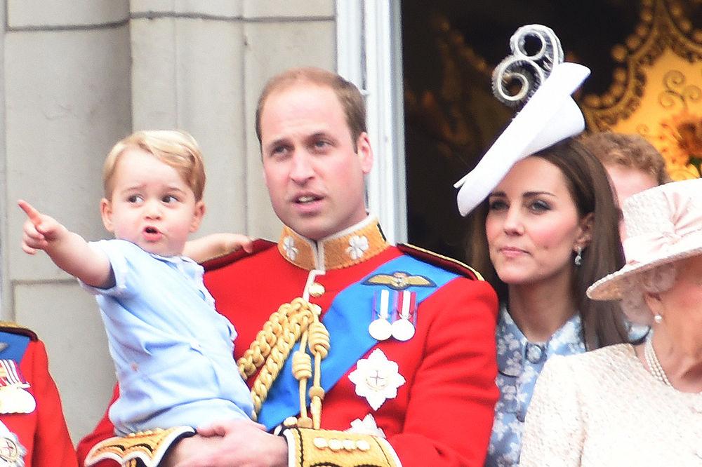 (FOTO I VIDEO) ELIZABETA DRUGA PROSLAVILA ROĐENDAN: Mali princ Džordž zvezda kraljičine parade!