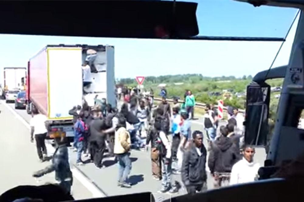 VIDEO INVAZIJA U KALEU: Pogledajte juriš Sirijaca na slovenački kamion kako bi se domogli Britanije