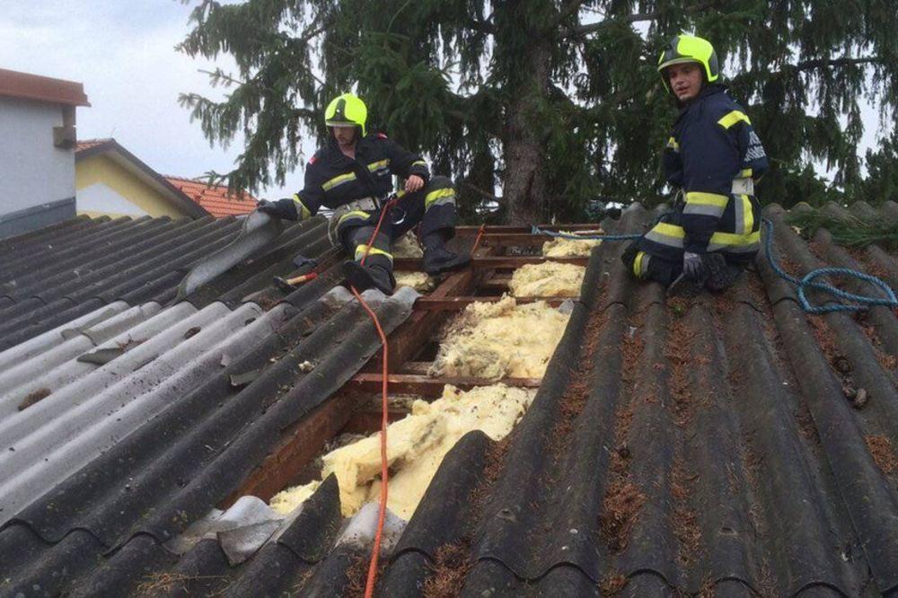 (FOTO) GROM UDARIO U KUĆU DOK SU VEČERALI: Loptasta munja probila krov i uništila dnevnu sobu!