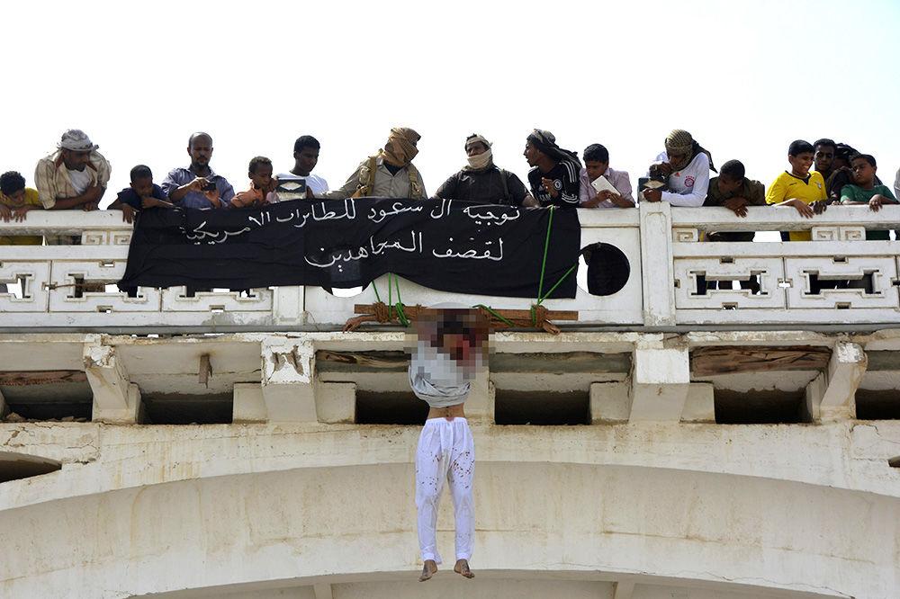(FOTO VIDEO) UZNEMIRUJUĆI SADRŽAJ: Teroristi Al Kaide ubili dva čoveka zbog špijunaže pa ih obesili