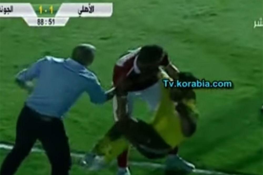 (VIDEO) NEĆEŠ TU DA SE IZLEŽAVAŠ: Ono što je uradio ovaj fudbaler nasmejaće vas do suza