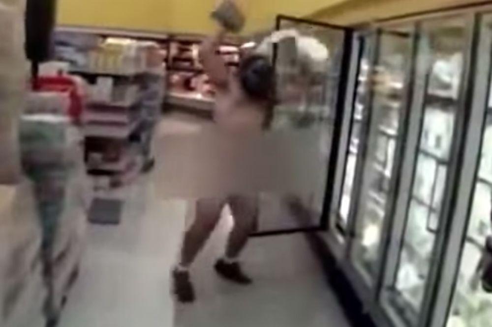 (VIDEO) KO MLAD POLUDI: Trčao go i polivao se mlekom jer je mislio da gori