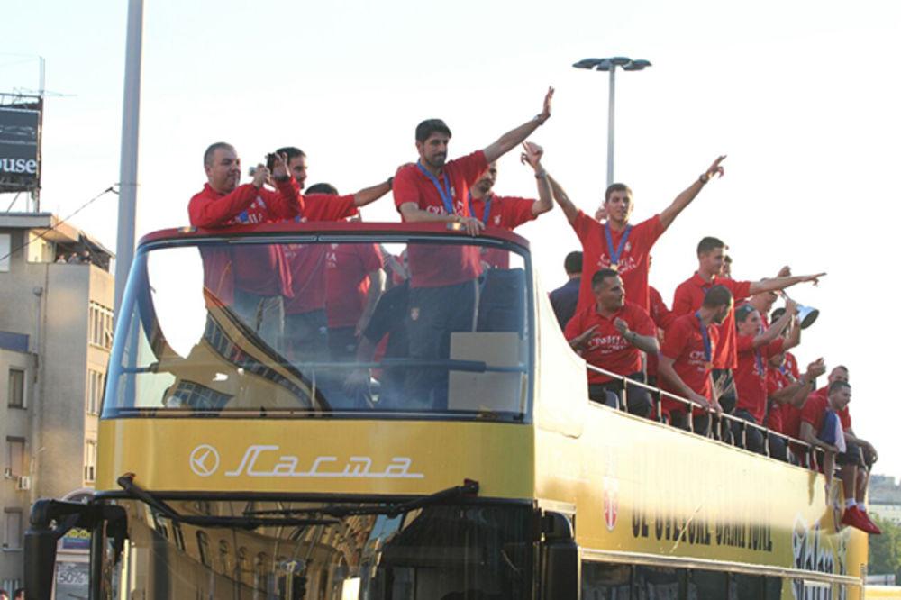 (VIDEO) BEOGRAD POZDRAVIO PRVAKE SVETA: Orlići iz otvorenog autobusa mahali navijačima!