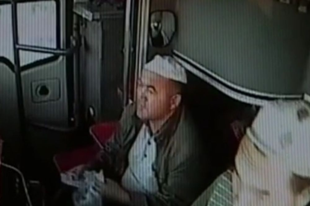 (VIDEO)  ŠOKANTAN SNIMAK: Vozač autobusa umro za volanom, suvozač spasao putnike!