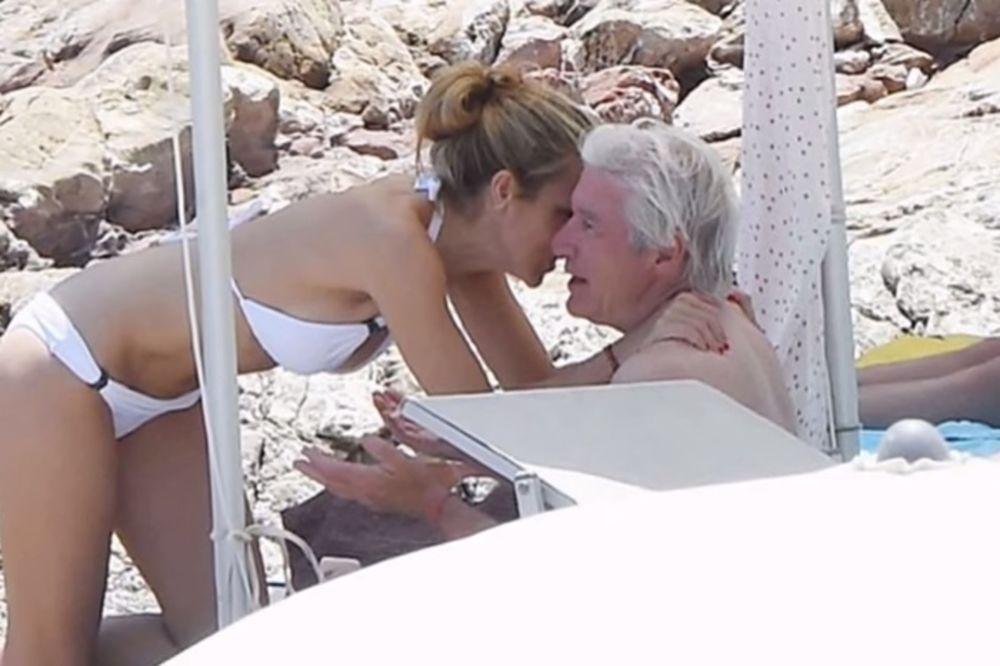 (FOTO) I ON VOLI MLAĐE: Ričard Gir prvi put u javnosti sa novom devojkom