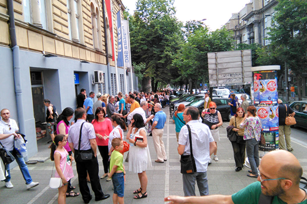 MARIO VARGAS LJOSA U BEOGRADU: Stotinu Beograđana susrelo se sa nobelovcem!