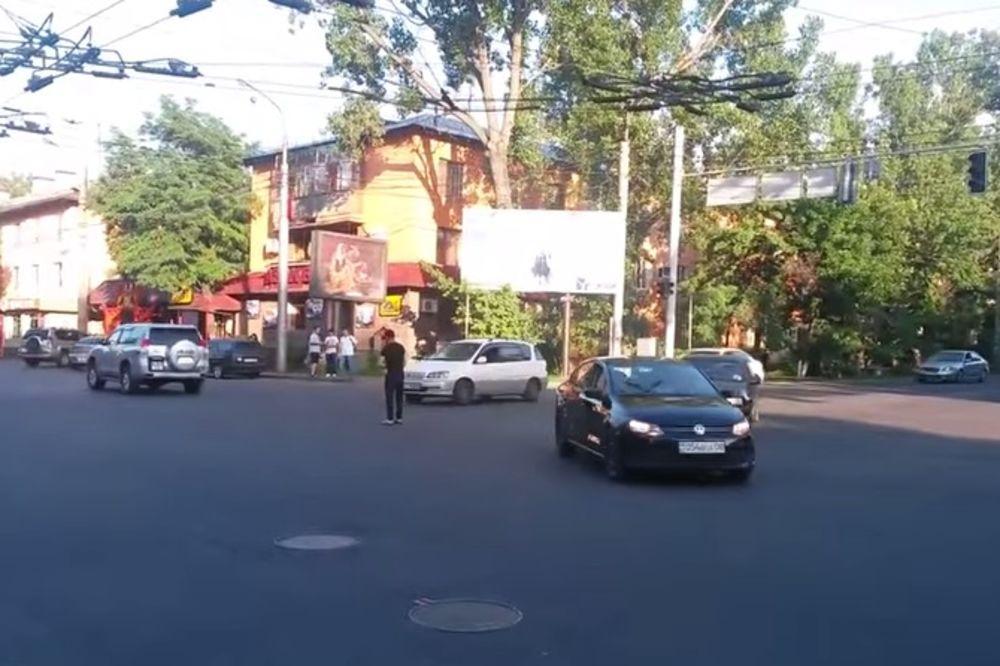 (VIDEO) DOJADIO MU HAOS: Evo kako pešak reguliše saobraćaj