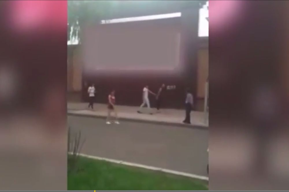 (VIDEO) ŠOKOVI: Na bilbordu emitovali porno-film usred bela dana!
