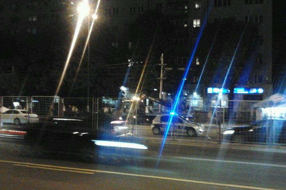 KARAMBOL NA SAJMU: Auto se prevrtao trotoarom kraj autobuske stanice pune pešaka!