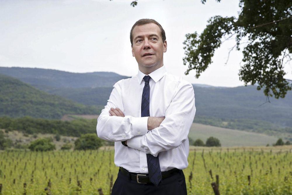 POTPISAO: Dmitrij Medvedev produžio kontrasankcije na uvoz hrane u Rusiju na još godinu dana