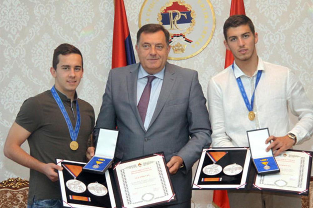 ORDEN ZA ORLIĆE: Dodik odlikovao mlade reprezentativce Srbije poreklom iz RS
