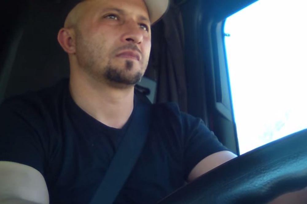 (VIDEO) INTERNET GA OBOŽAVA: Kamiondžija iz Bosne pesmom krati dosadu u putu