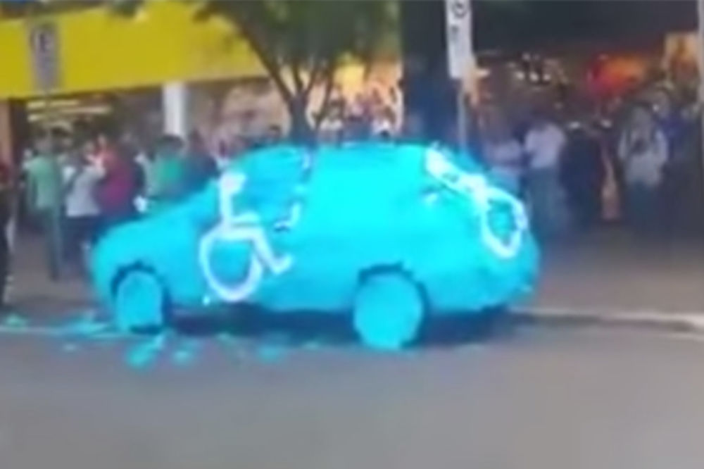 (VIDEO) OSVETA ULICE: Evo šta mu se desilo kad je parkirao na mestu za invalide