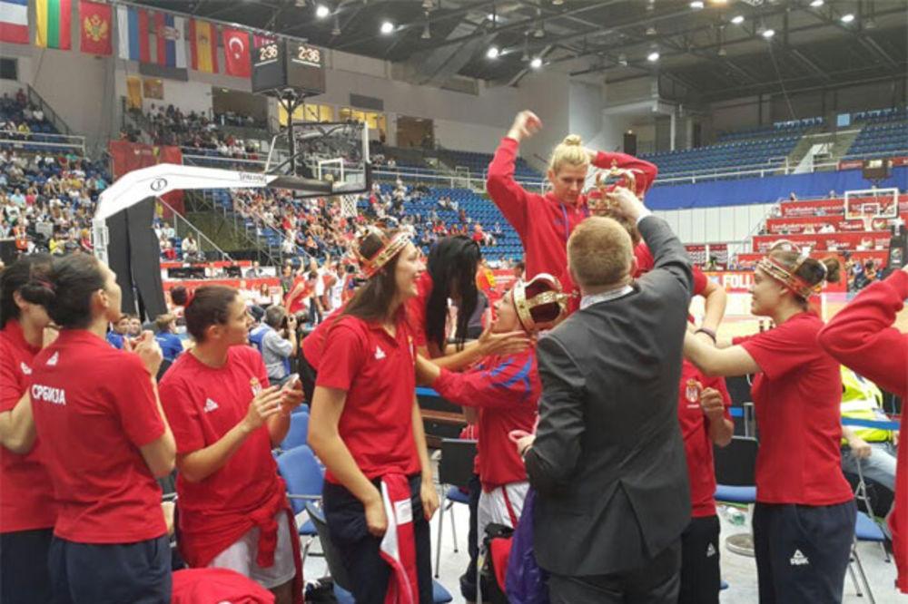 (VIDEO) ĐILAS KRUNISAO KRALJICE: Pogledajte šta su košarkašice dobile na poklon od predsednika KSS!