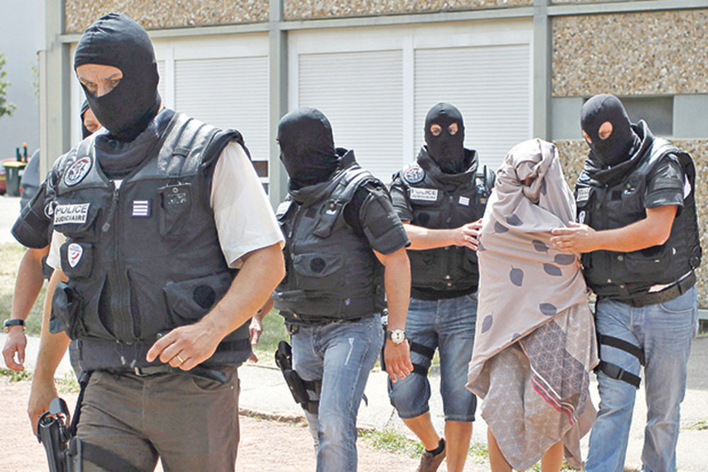 BRUTALNO: IS vezala Iračane lancima pa ih žive spalila!