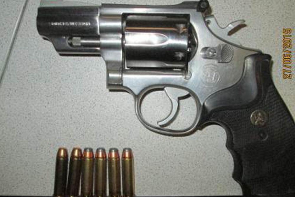 (FOTO) INCIDENT U BEČU: Policajca psovao i vređao, pa napao pištoljem i benzinom!