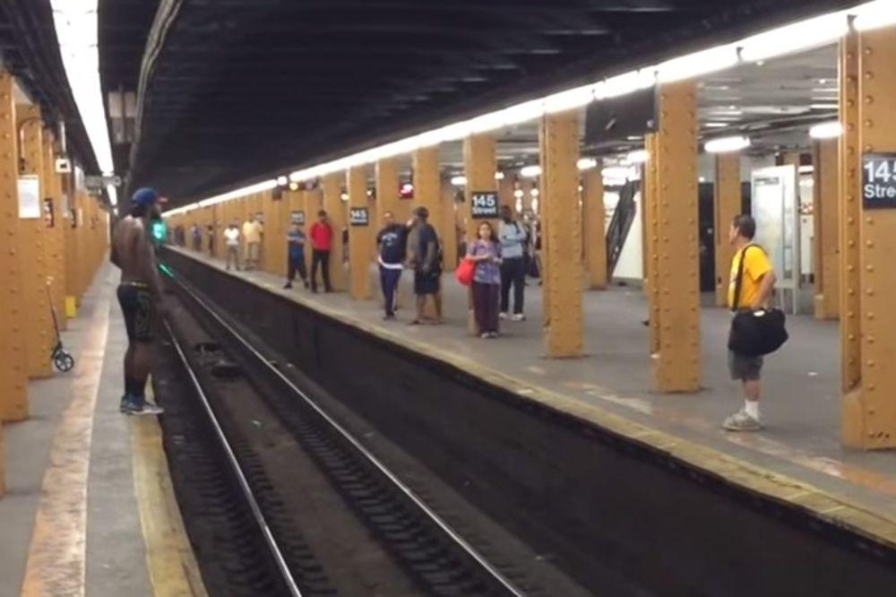 (VIDEO) KAKAV LUDAK: Preskakao šine u metrou i nije se lepo proveo