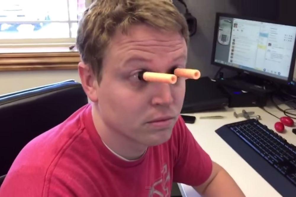 (VIDEO) PROBAJTE DA OSTANETE RAVNODUŠNI: Nećete verovati šta je nalepio na oči!