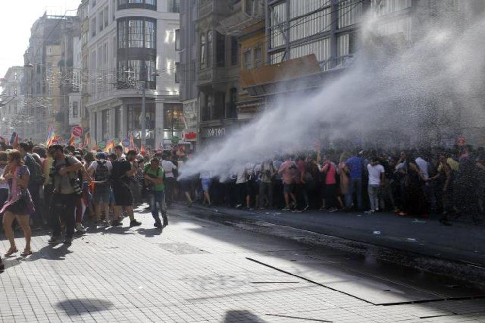 HAOS NA GEJ PARADI U ISTANBULU: Turska policija suzavcem rasturila Paradu ponosa