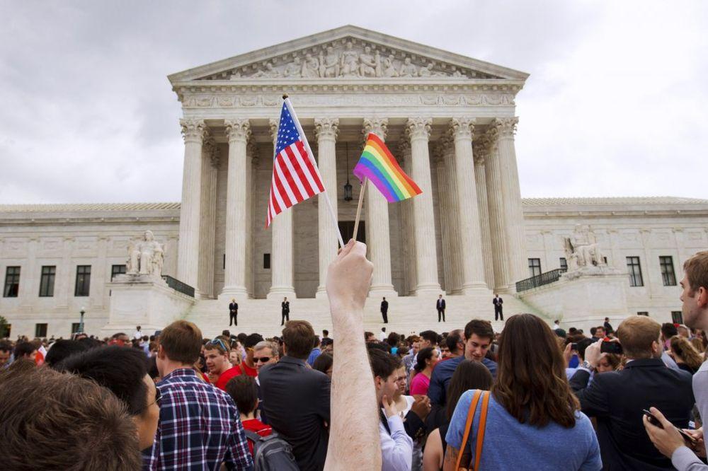 DAJU I ZADNJICU ZA BORAVIŠNU VIZU U SAD: Srbi masovno postaju gejevi u Americi!