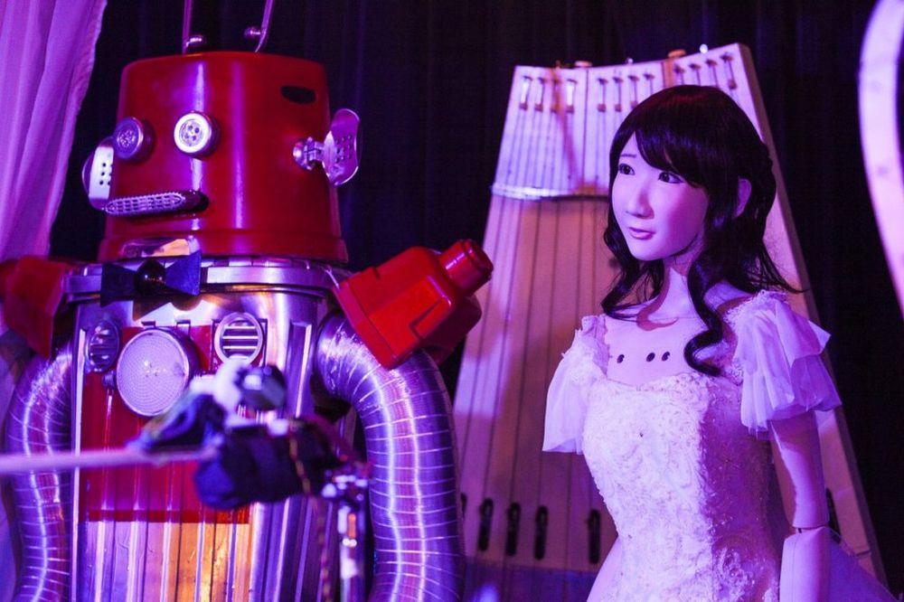 (FOTO) DOK NAM SE BATERIJA NE ISTROŠI: Venčala se dva robota u Japanu