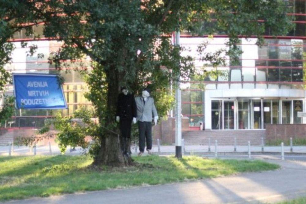 HRVATSKI CRNI HUMOR: Obesili 2 lutke pred Poreskom upravom i proglasili Aveniju mrtvih preduzetnika