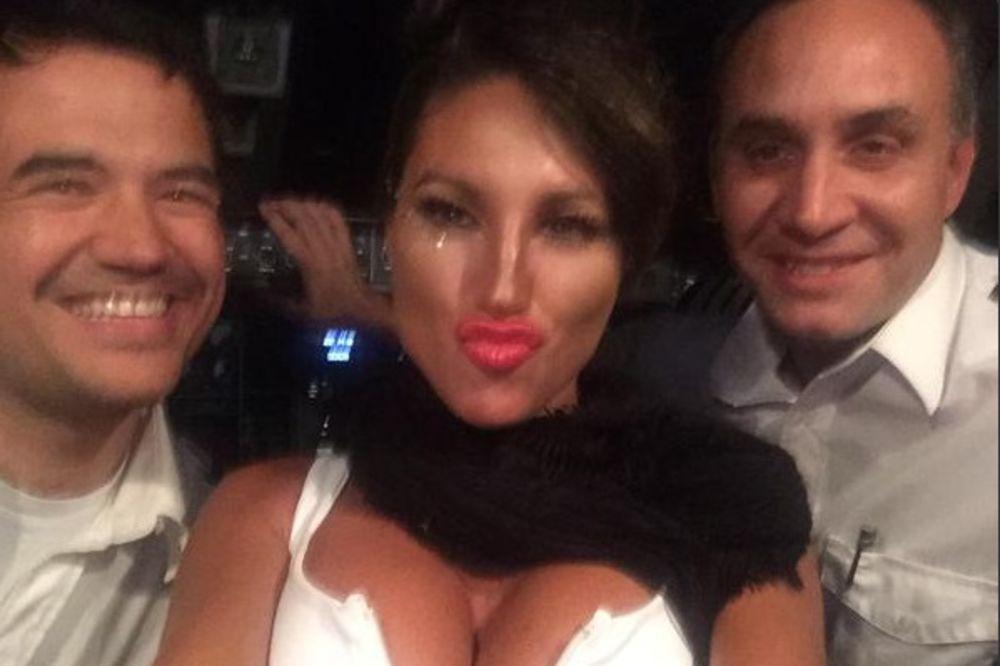 (FOTO) A IMALI SU DOBAR POSAO: Piloti dobili otkaz zbog selfija sa starletom!